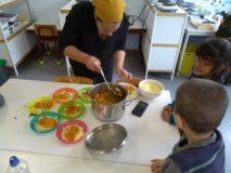 We hadden geluk!!! Imane, de mama van Yasir, kwam samen met ons, overheerlijke couscous maken...